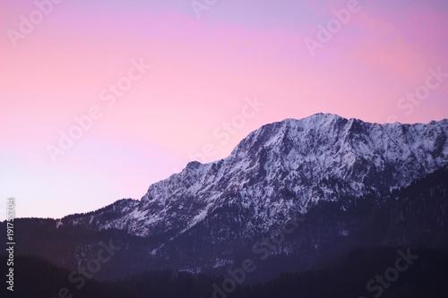 Poster Rose clair / pale Glühender Himmel hinter Bergen