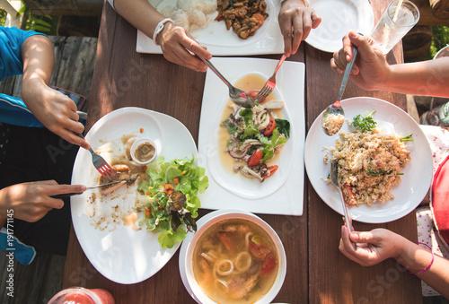 Plakat Widok z góry stół z rodzinną jadalnią