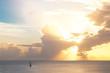 Sonnenuntergang in der Karibik auf dem Meer mit Segelschiff im Hintergrund