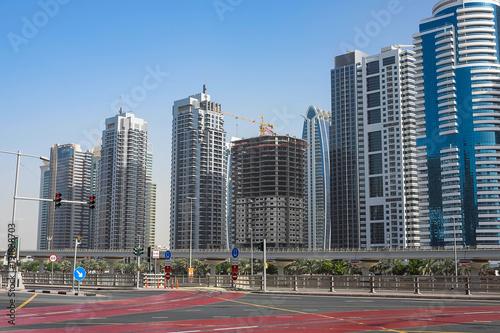 Photo  DUBAI, UAE - 2018 JANUARY 22 : Modern buildings in Dubai Marina, Dubai, UAE