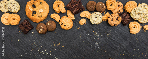 Photo  Top view different cookies on table top, Flat lay of various cookies on black st