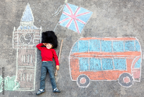 Poster Londres bus rouge kid boy in british soldier uniform with London chalks picture