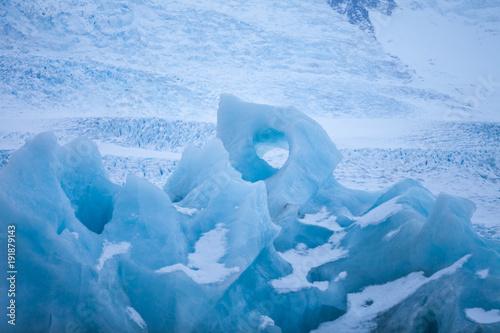 Foto op Plexiglas Arctica Icebergs swimming on frozen water, close-up.