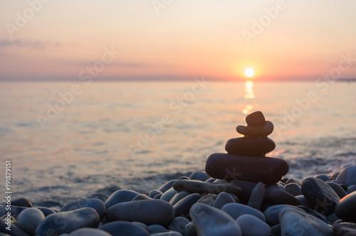 Photo  stack of zen stones on pebble beach