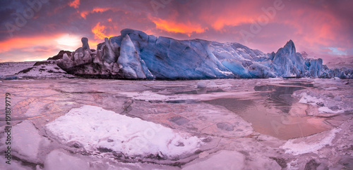 Tuinposter Gletsjers Famous Fjallsarlon glacier and lagoon with icebergs swimming on frozen water.