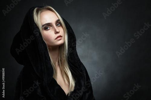 Fotografía woman in black hood