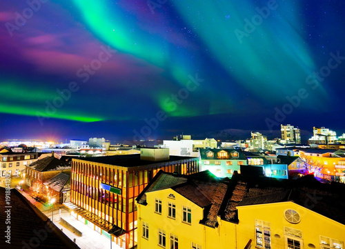 Photo sur Aluminium Aurore polaire View of the northern light from the city center in Reykjavik, Iceland.
