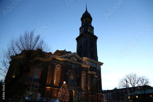 Hamburg Tannenbaum.Michaeliskirche In Hamburg Michel Zur Weihnachtszeit Mit