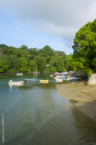 Foto  Peaceful early summer morning on picturesque boat moorings in the Helford Estuar