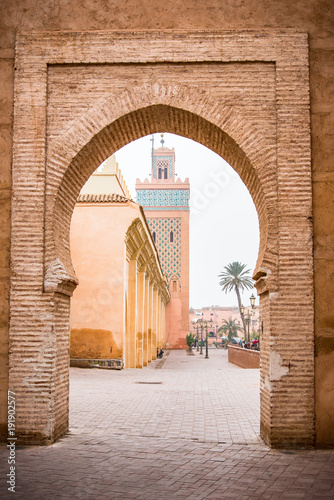 Poster Marrakesh mosque seen from old town wall gate