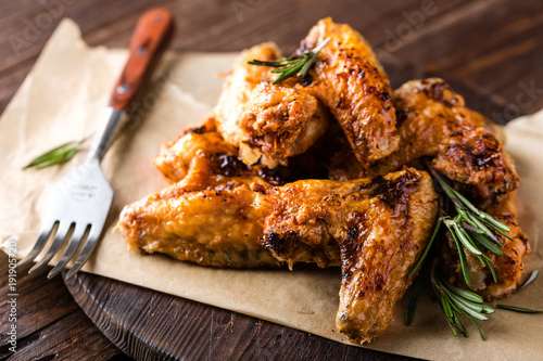 Tuinposter Kip BBQ chicken wings, spicy grilled meat