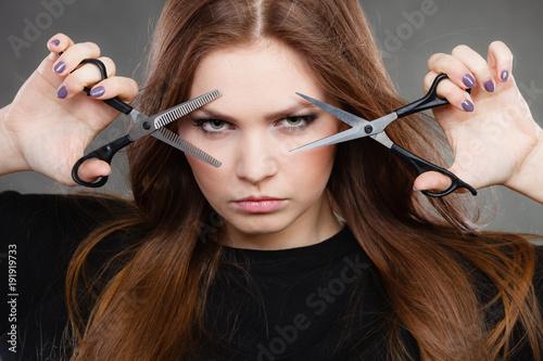 Fotografía  Professional elegant female barber with scissors.