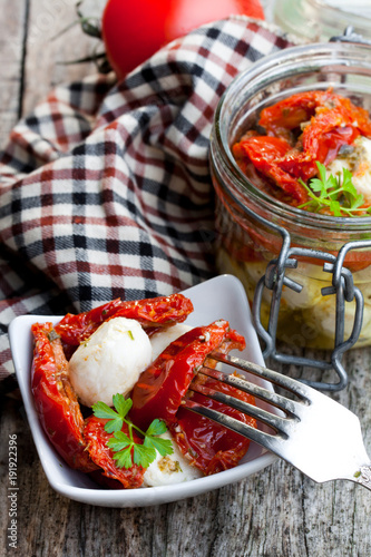 Autocollant pour porte Pique-nique Sun dried tomatoes with mozzarella in glass jar