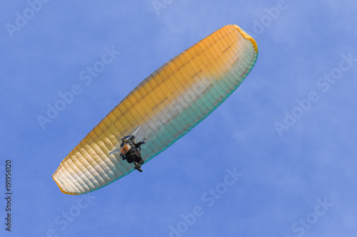 Tuinposter Luchtsport The para motor fly over blue sky