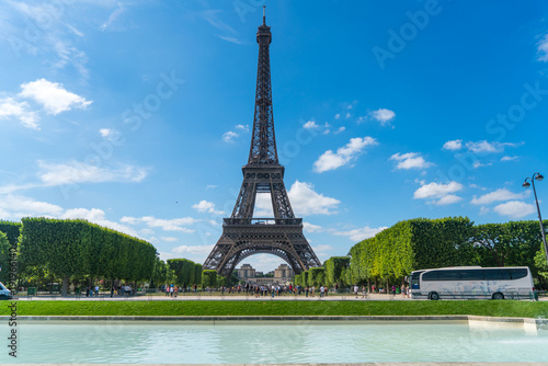 Poster de jardin Tour Eiffel Eiffel Tower with tourists