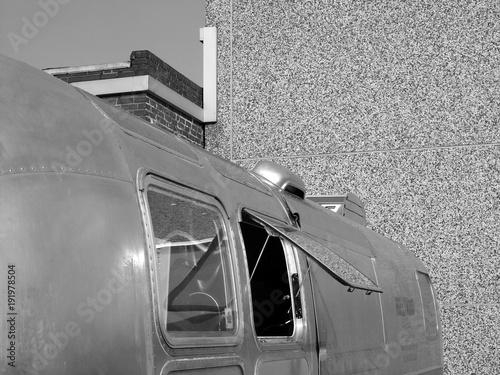 Photo Catering in einem alten amerikanischen Caravan aus glänzendem Aluminium mit geöf