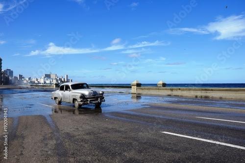 voiture sur le Malecon à Cuba habana Canvas Print