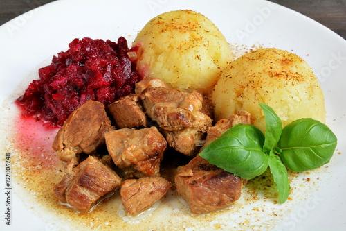 sos z mięsem wieprzowym, ziemniaki i surówka z buraków