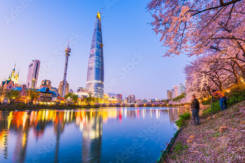 Photo sur Aluminium Seoul SEOUL, KOREA - APRIL 7, 2016: Lotte World Seokchon Lake park at night and cherry blossom of Spring in Seoul, South Korea on April 7, 2016