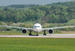 Airliner bereit zum Start an der Startbahn