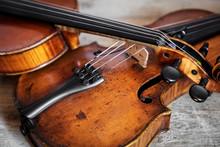 Zwei Geigen Auf Einem Holzunte...