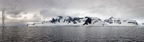 Foto auf Gartenposter Antarktika Antarctic landscape view from sea panoramic