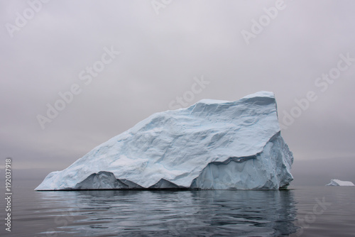 La pose en embrasure Antarctique Iceberg in Antarctic sea