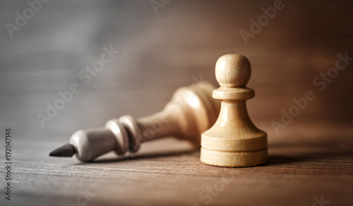 Fotografía  King and pawn of chess setup on wooden background