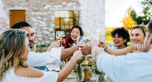 Fotomural Group of people toasting wine at party