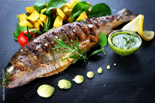 Fotografia Grilled trout with potato and spinach