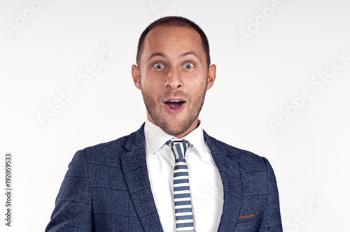 Photo A cheerful man in a suit with a tie is surprised