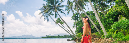 Fotografia Tahiti luxury exotic travel vacation girl with polynesian flower walking on beach landscape with palm trees