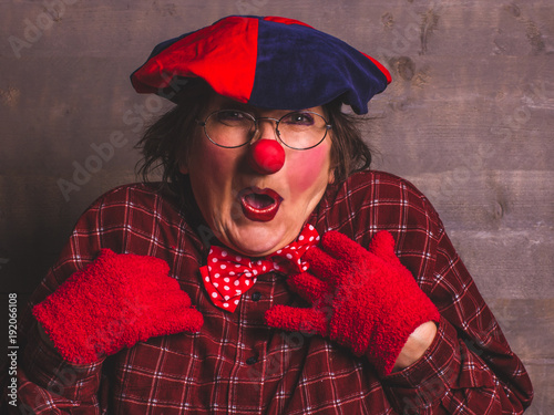 Photo Feminine comedy clown with red nose, carnival kids concept