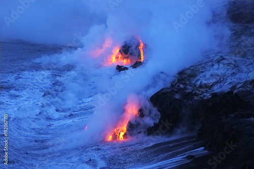 Fotobehang Vulkaan Lava flows from the Kilauea volcano
