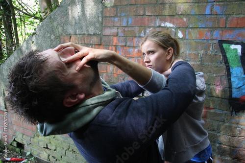 Valokuva  Frau wird überfallen und zeigt smartreflex selbstverteidigungstechniken