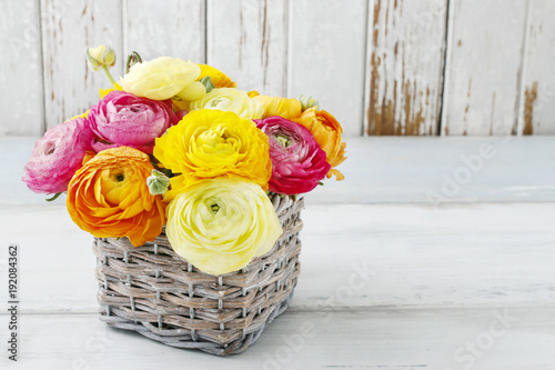 Photo Bouquet of colorful ranunculus flowers.