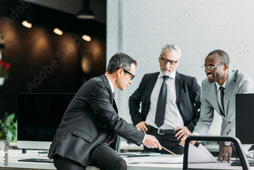 Fotografía  multiethnic businessmen discussing new business strategy on meeting in office
