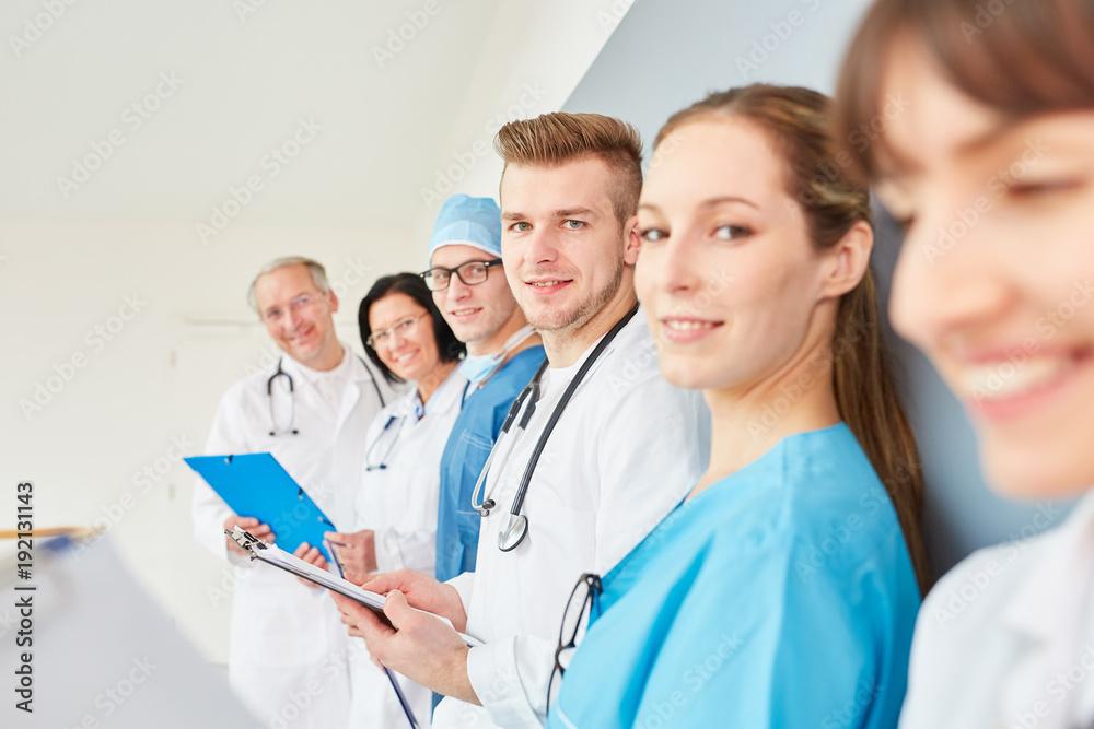 Fototapeta Studenten oder junge Ärzte in einer Schulung