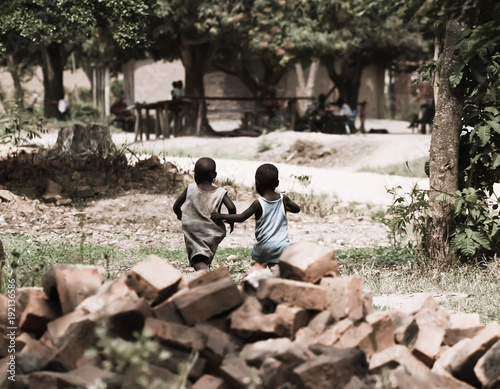 Foto auf AluDibond Camping Spielende Kinder in einem Dorf in Afrika