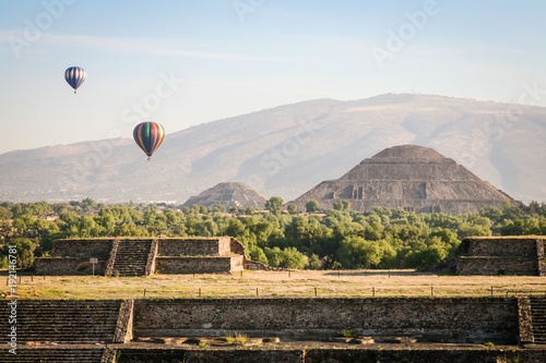 Photo sur Toile Mexique Hot air ballons over teh pyramids of Teotihuacan in Mexico