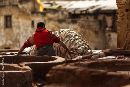 Fotomural Man working hard on a tennery in Fez town of Morocco