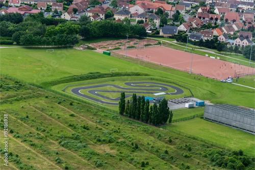 vue aérienne d'une piste de karting près d'Amiens en France
