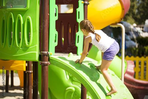 Klettergerüst Jungle : Spielturm jungle gym chalet holz mit kaufladen rutsche rot