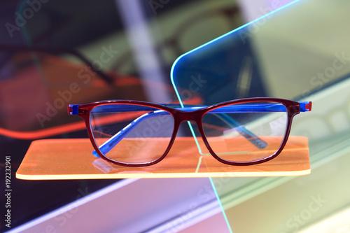 Okulary na półce w sklepie okulistycznym.