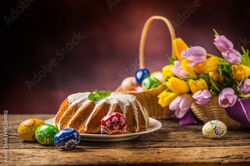 Plakat Wielkanocne ciasto. Tradycyjny ringowy marmurowy tort z Easter decotation. Pisanki i tulipany wiosna.