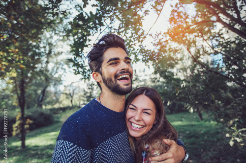 Foto Young couple in love having fun and enjoying the beautiful nature