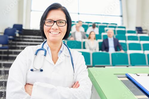 Photo  Frau als Ärztin und stolze Dozentin im Hörsaal