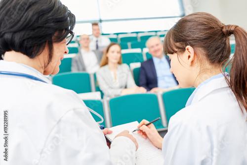 Foto  Junge Frau als Studentin der Medizin im Examen