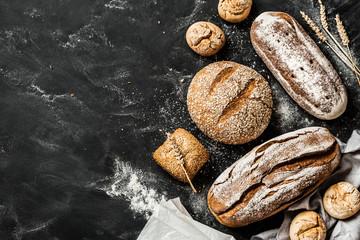 Pekara - rustikalni hrskavi kruhovi i lepinje na crnom