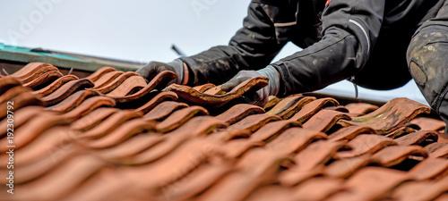 Dachdecker auf dem Dach Arbeistsicherheit Fototapete